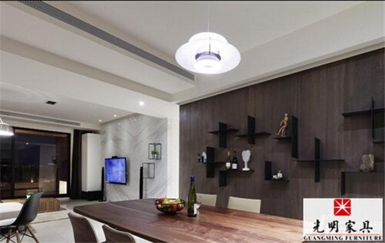现代简约风格装修图片有很多,大家看了之后是否有点看花眼了呢,其实即使相同的现代简约风格,由于设计元素不一样,最终的效果可能也是千差万别,所以在装修之初一定要找到自己喜欢的元素,接下来和光明家具笔者一同看看简约风格装修图片吧。  餐厅主墙使用深色木皮,和电视墙的洁白大理石成为对比,创造出清新而温暖的感受。 打造时尚感现代风格居家关键: 1.